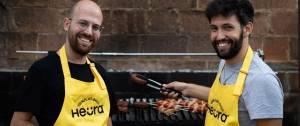 Deux hommes Avec un tablier Heura devant un barbecue