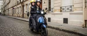 2 personnes sur un scooter