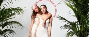2 jeunes femmes portant des robes blanches