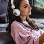Une femme qui écoute un podcast