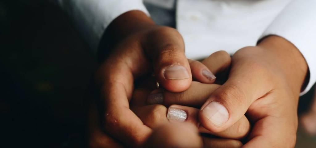 Deux personnes qui se tiennent la main
