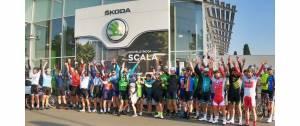 Une team de cyclistes devant l'enseigne Skoda