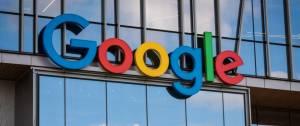 Logo Google en grosse lettres sur un bâtiment en verre