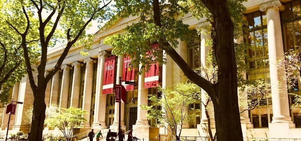 Le fonds de dotation de Harvard retire ses investissements en énergies fossiles
