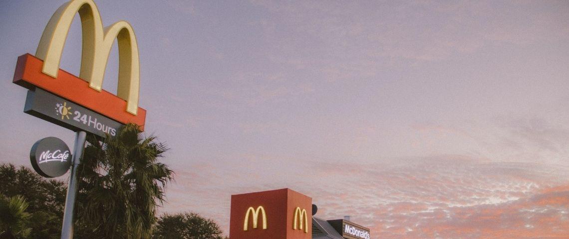 Pancarte McDonald's sur fond de ciel rosé