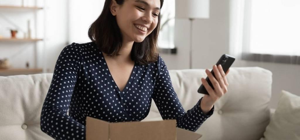 Une femme qui ouvre un paquet