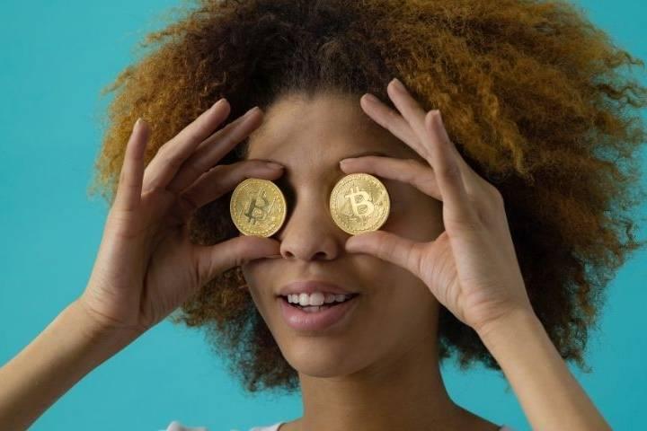 Une femme avec des bitcoins dans la main