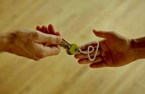 Deux mains avec un porte clé Airbnb
