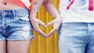 Couple formant un coeur avec leurs deux mains