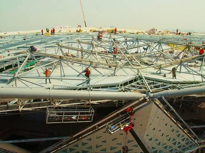 Ouvrier sur le toit d'un stade
