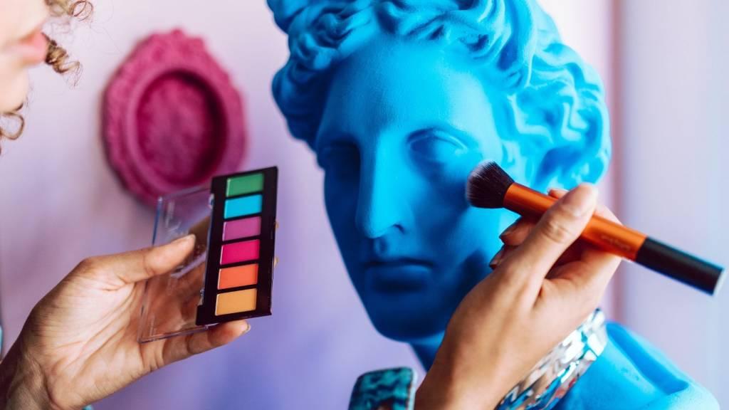 Main maquillant une statue
