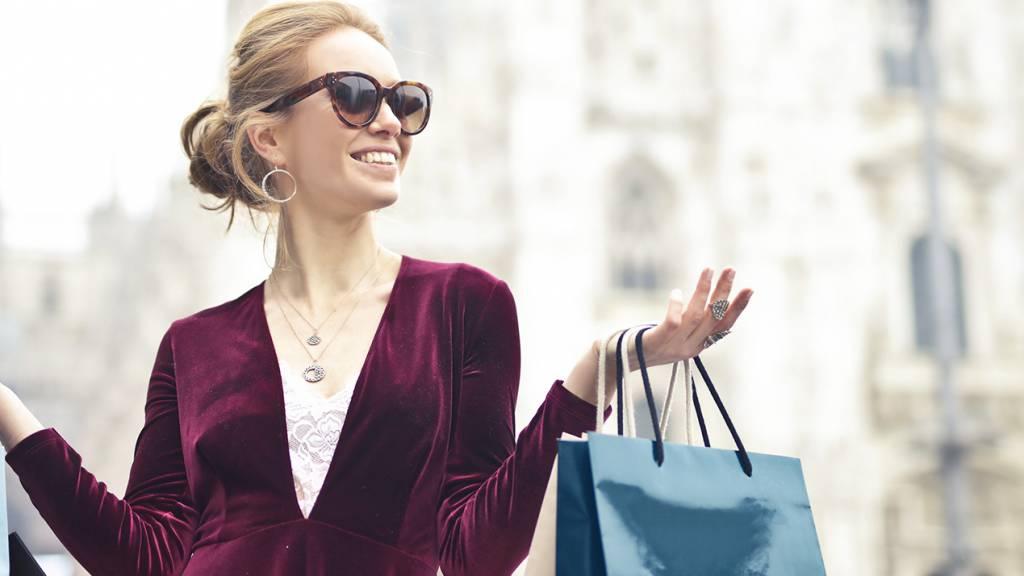 Femme avec des sacs de shopping