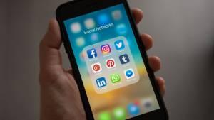 Smartphone avec le logo des principaux réseaux sociaux