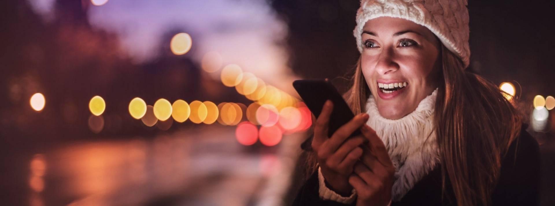 Jeune femme en mode haut parleur sur son smartphone