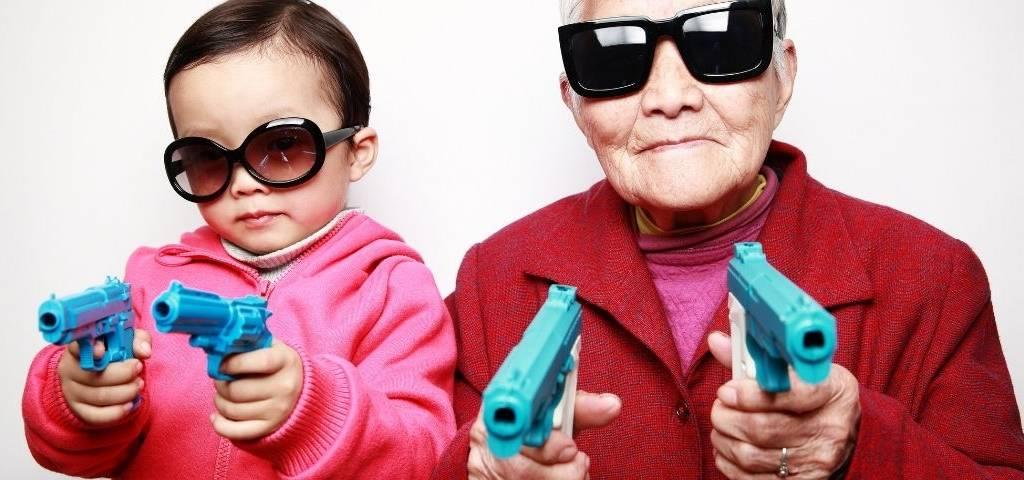 Une enfant joue avec sa grand-mère