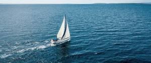 Vue aérienne d'un voilier.