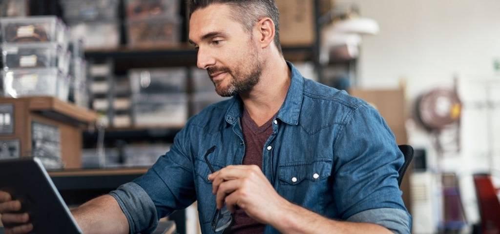 un homme devant un ipad