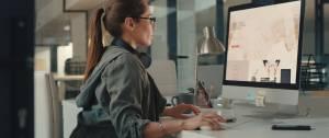 Une femme devant un PC