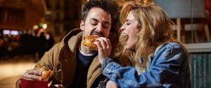 Deux personnes mangeant un burger