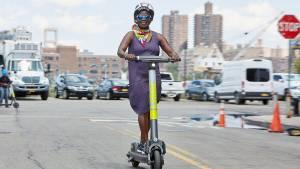 Femme sur une trottinette électrique