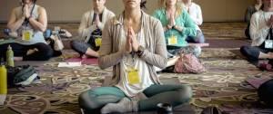 Groupe de personnes assises en train de méditer.