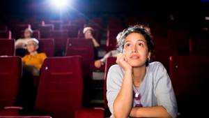 Femme dans une salle de cinéma
