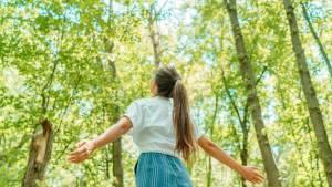 emme libre respirant l'air propre dans la forêt de nature