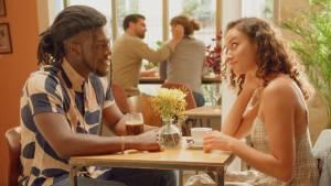 Homme et femme au restaurant, face à face