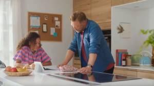 Papa et sa fille dans une cuisine