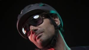 Homme portant des lunettes connectées