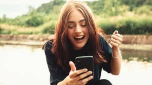 jeune femme joyeuse devant son smartphone