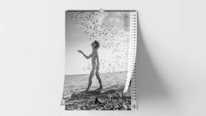 Femme nu avec des oisuex autours et la mer en fond
