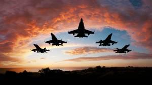 Avion de l'armée de l'air sous les nuages