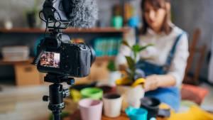 Femme se filmant s'occupant de plantes en pots
