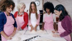 Femmes autour d'une table dans une boulangerie