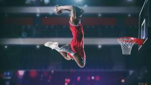 Jeu de basket-ball avec un joueur de saut en hauteur pour faire un slam dunk au panier