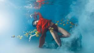 Femme sous l'eau avec des fleurs