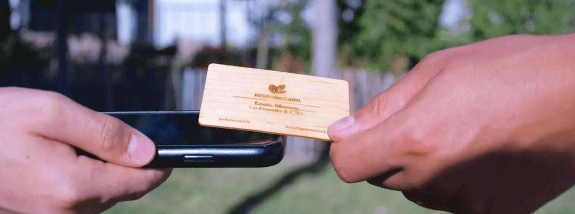carte de visiste en bois au dessus d'un smartphone