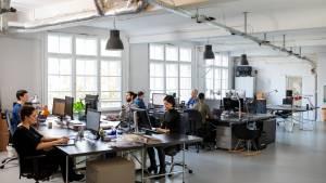 Bureau d'entreprises avec des personnes travaillant devant des ordinateurs
