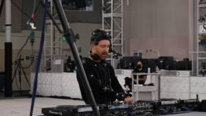 Homme devant une table de mixage
