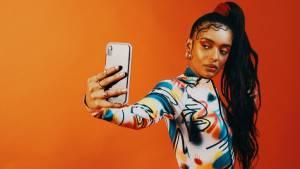 Femmes se prenant en photo avec son smartphone