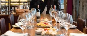 Sommeliers accueillant un événement de dégustation de vin dans une cave.