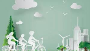 Famille faisant du vélo avec des éoliennes en arrière plan