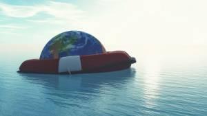 Planete flottant sur l'eau dans un canot de sauvetage