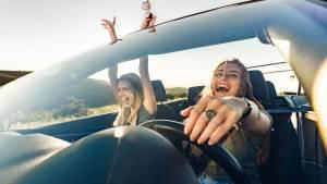 Deux femmes dans une décapotable riant aux éclats